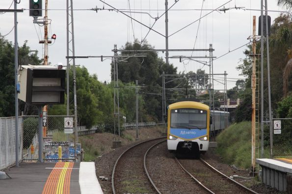 Siemens on an up Craigieburn service stops short of Ascot Vale station