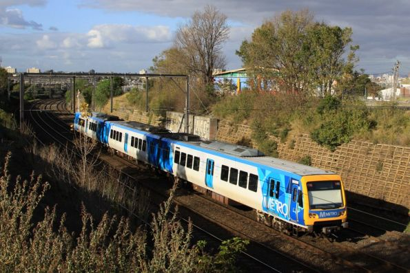 3-car X'Trapolis set with 900M passes through Footscray on the up