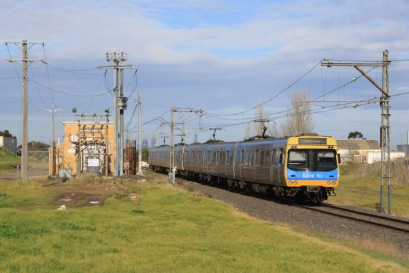 Comeng passes the Campbellfield substation on an up Upfield service