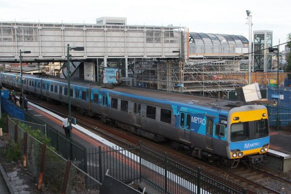 Alstom Comeng 475M departs Footscray, a temporary footbridge in the background