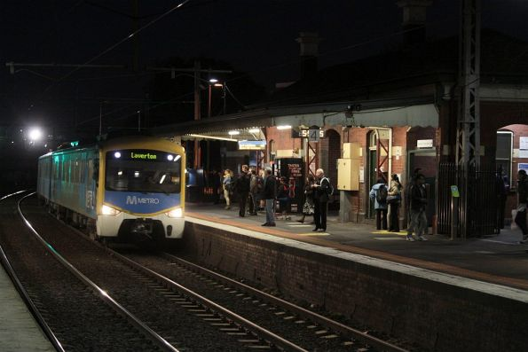 Siemens train arrives into Footscray station on the down