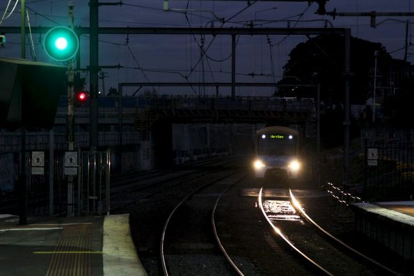 EDI Comeng arrives into Footscray platform 4 on the down