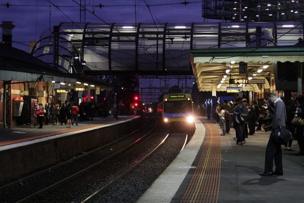 EDI Comeng arrives into Footscray platform 3 on the up