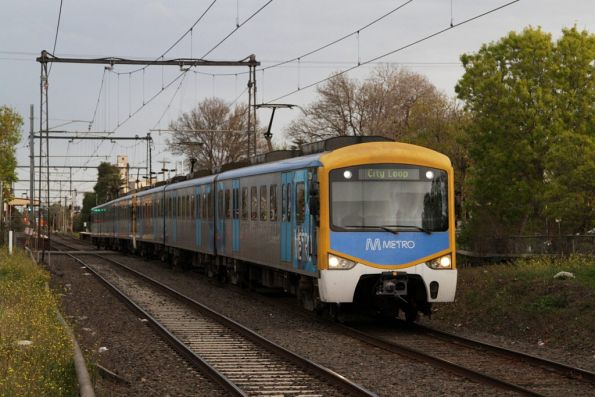 Siemens on the up departs Spotswood station