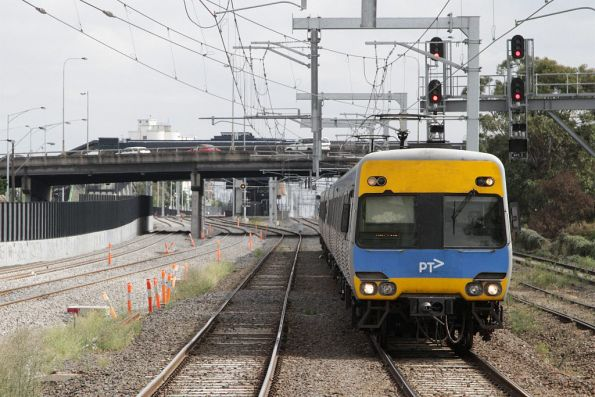 Alstom Comeng arrives into Middle Footscray station on the up