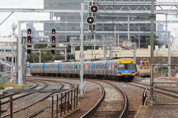 Comeng arrives into Middle Footscray on the down
