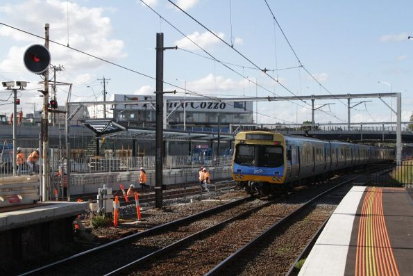 EDI Comeng departs Footscray platform 5 on the up
