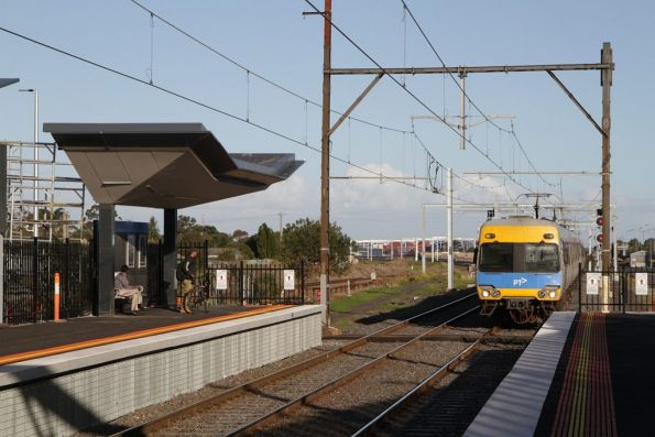 Alstom Comeng on a down service arrives into Sunshine