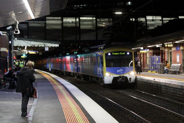 Siemens on an up Werribee service arrives into Footscray station
