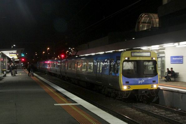 EDI Comeng 433M arrives into Broadmeadows on the down