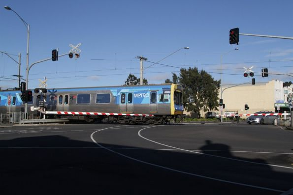 EDI Comeng 458M crosses the Puckle Street level crossing in Moonee Ponds