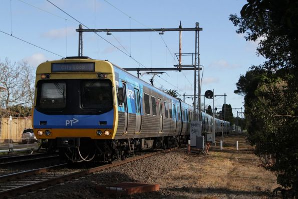 EDI Comeng 472M arrives into Moonee Ponds with an up Craigieburn service