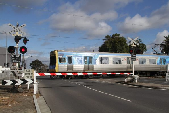 EDI Comeng 473M heads for the city, crossing the Buckley Street level crossing at Essendon