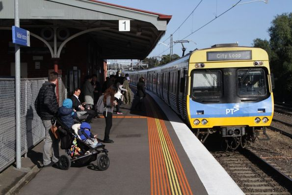 EDI Comeng arrives into Middle Footscray with an up Sunbury line service