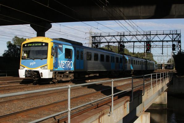 Siemens 782M passes between Moonee Ponds Creek and the CityLink viaduct