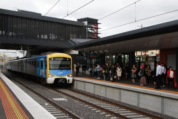 Siemens 747M arrives into Footscray with a City Loop bound service