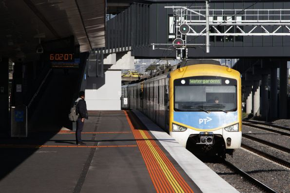 Siemens train arrives into West Footscray with a down Watergardens service