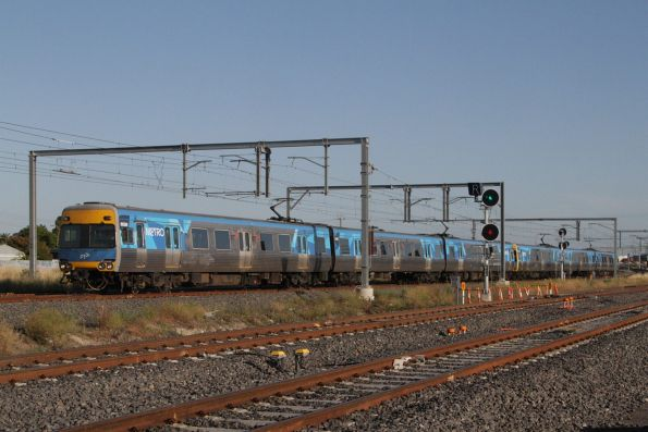 Alstom Comeng 665M arrives into Sunshine on the down