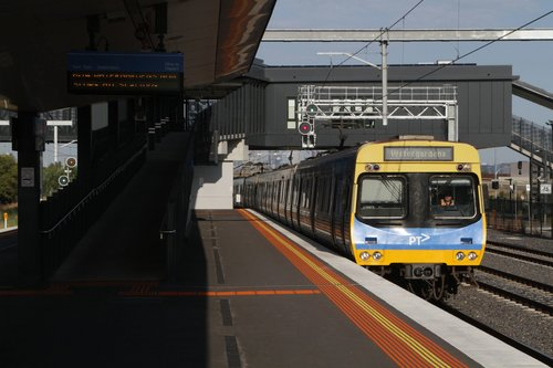 EDI Comeng arrives into West Footscray with a down Watergardens service