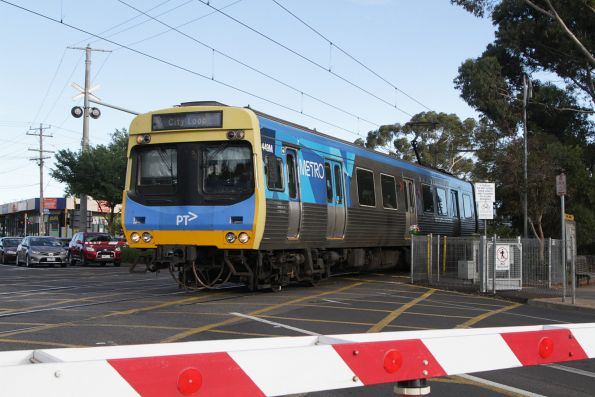 Comeng 449M on a City Loop service crosses the Main Road level crossing at St Albans