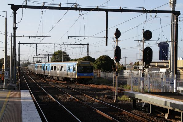 Comeng 333M leads a terminating train into St Albans platform 3