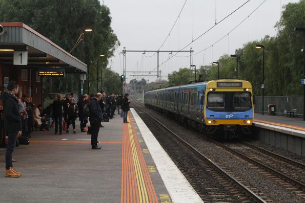 EDI Comeng arrives into Seddon with a down Williamstown service