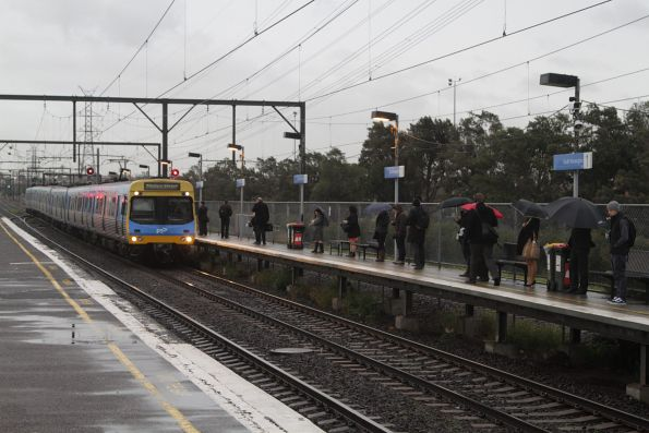 EDI Comeng arrives into South Kensington with an up Werribee service