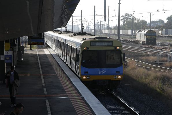 EDI Comeng arrives into West Footscray, with G529 in the background in Tottenham Yard