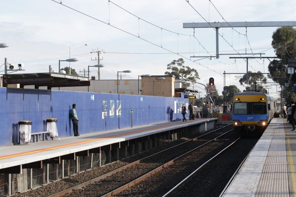 Alstom Comeng arrives into St Albans station on the up