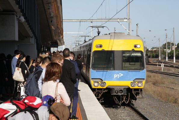 Alstom Comeng arrives into West Footscray with a citybound service