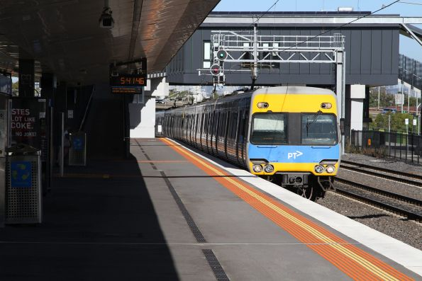 Alstom Comeng passes through West Footscray on the down