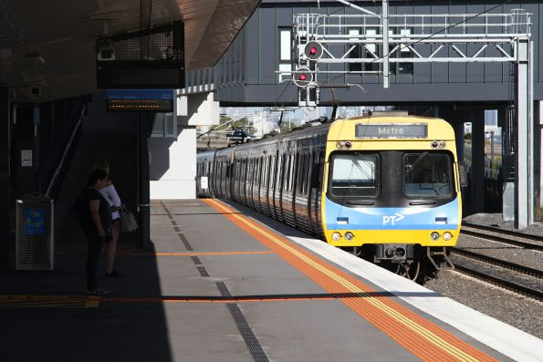 EDI Comeng arrives into West Footscray on the down