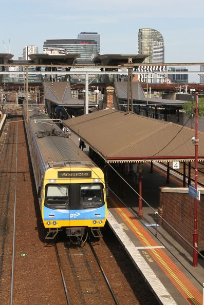 Comeng 494M arrives into North Melbourne with a down Watergardens service