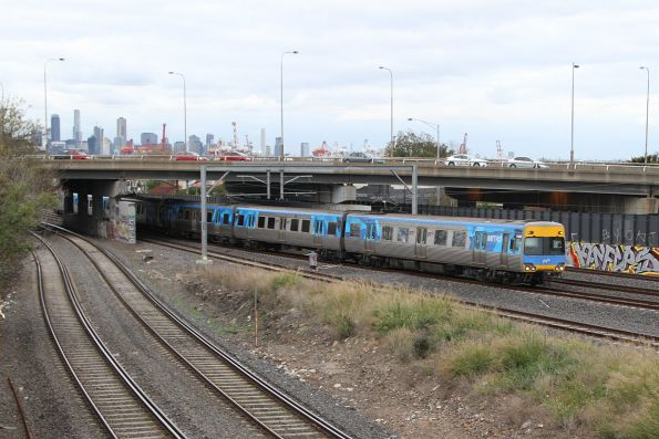 Alstom Comeng approaches West Footscray on the down