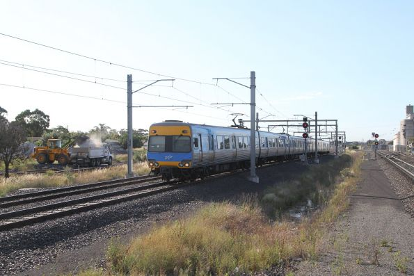 Comeng train arrives into Sunshine on a down Watergardens service