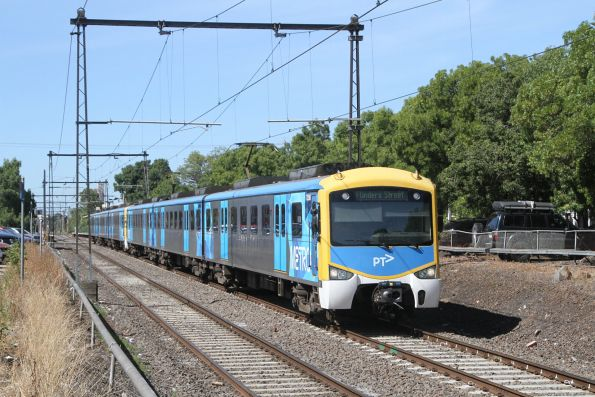 Siemens 725M departs Spotswood on the up