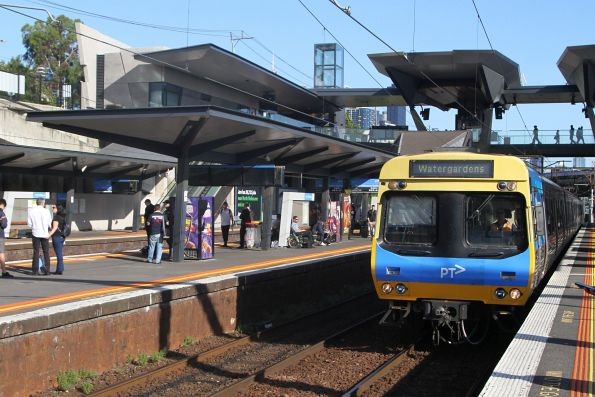 EDI Comeng arrives into North Melbourne with a down Watergardens service