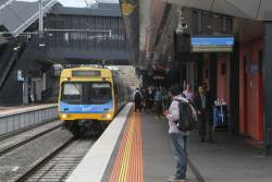 Comeng train arrives at Footscray platform 1 with an up service