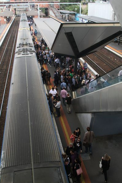 Crowd of passengers exit the train at North Melbourne platform 3
