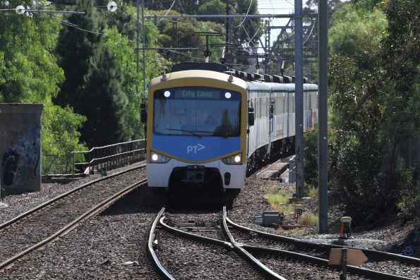 Siemens train arrives into Essendon station on the up