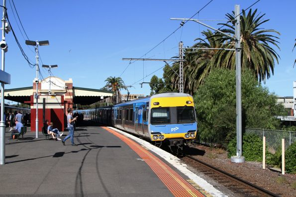 Comeng train arrives into Essendon station on the down