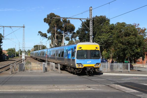 Comeng 677M arrives into Essendon on the down
