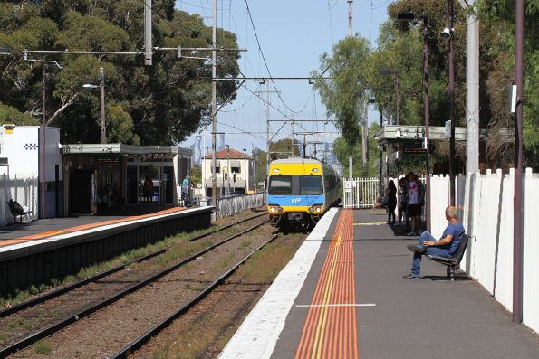 Comeng train arrives into Glenroy on the down