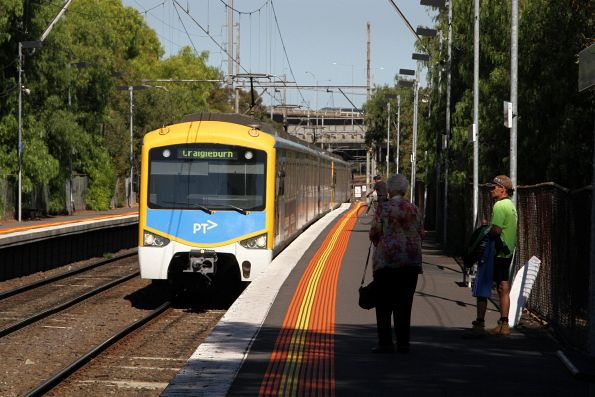 Siemens train arrives into Pascoe Vale station on the down