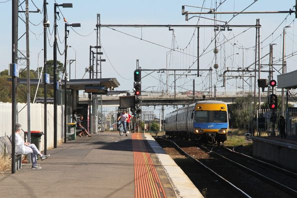 Comeng train arrives into Broadmeadows station on the down