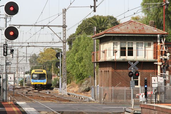 EDI Comeng approaches Kensington via the Essendon flyover with a down empty cars move