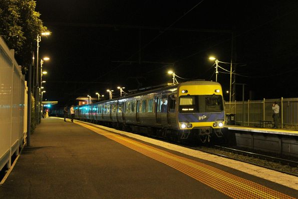 Alstom Comeng 491M arrives into Yarraville on an up service