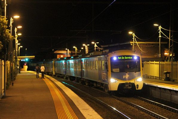 Siemens train passes through Yarraville station on an up empty car move
