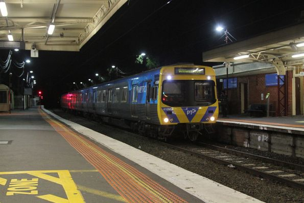 Comeng 410M arrives into Newport on a down Williamstown shuttle