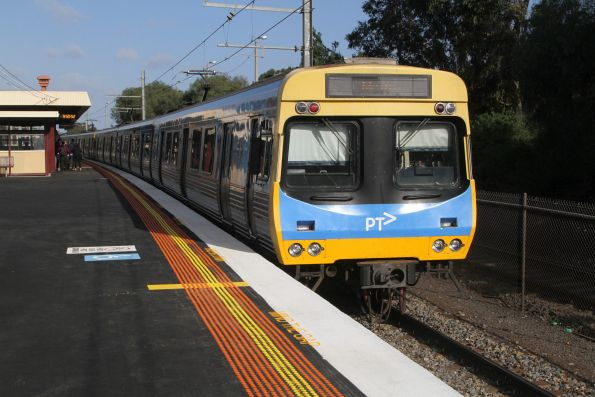 EDI Comeng train awaiting departure time from Werribee platform 1